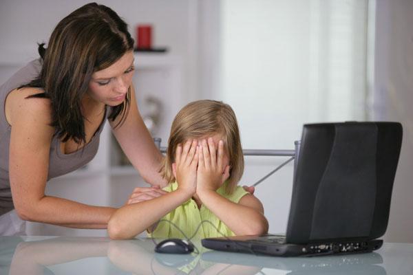 Πώς να προστατέψετε τα παιδιά σας από τον ηλεκτρονικό εκφοβισμό (cyber bullying)