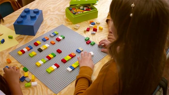 Βίντεο: Τουβλάκια LEGO βοηθούν τα τυφλά παιδιά να διαβάζουν παίζοντας
